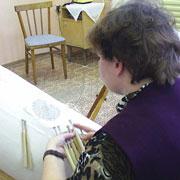 Фото кружевницы с конкурса «Серебряная коклюшка». На фото сколок кружевной салфетки.