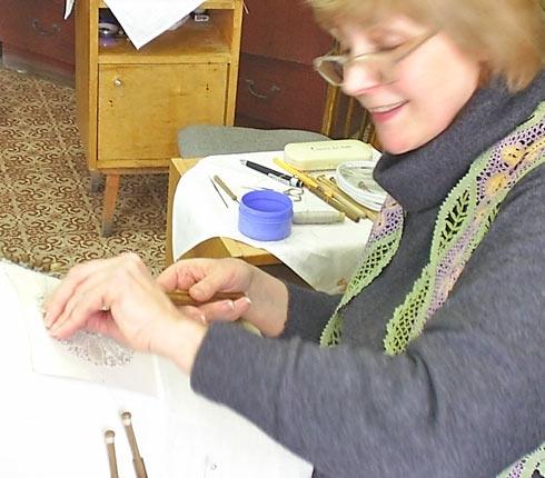 Фото кружевницы с конкурса «Серебряная коклюшка»