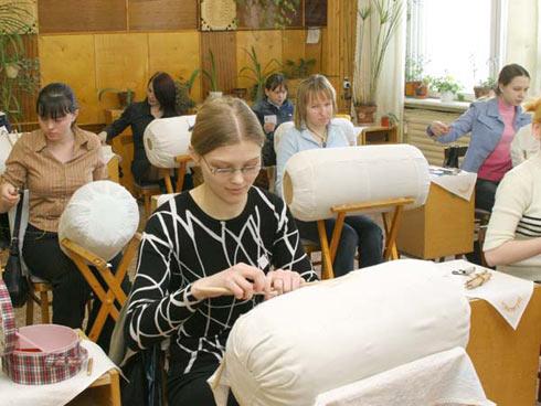 Фото кружевниц младшей и средней групп на конкурсе «Серебряная коклюшка»