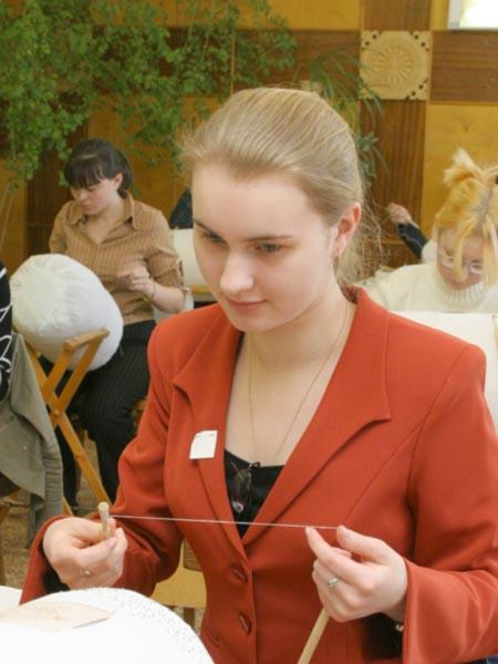 Фото кружевницы на конкурсе «Серебряная коклюшка»