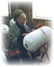 Участница «Серебряной коклюшки» в кружевном жакете