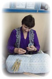 Участница «Серебряной коклюшки» в кружевной жилетке