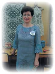 Участница «Серебряной коклюшки» в кружевном платье
